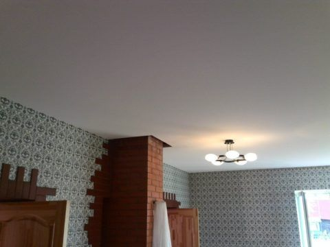 Классический белый потолок из ткани