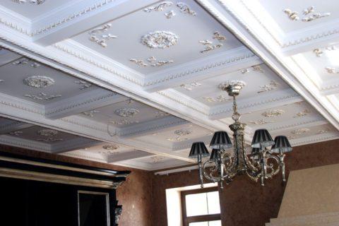 Классический кессонный потолок с лепниной