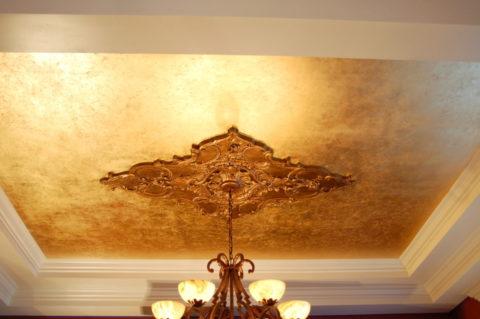 Классическое оформление потолка декоративной штукатуркой