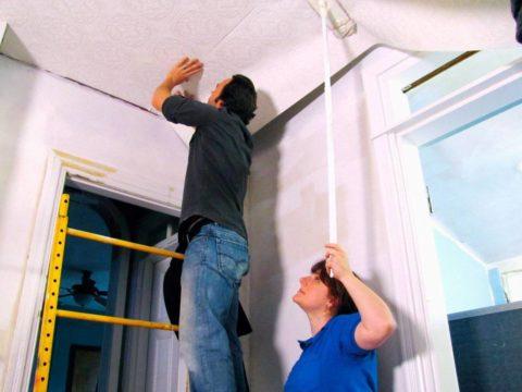 Клеим стеклообои на потолок