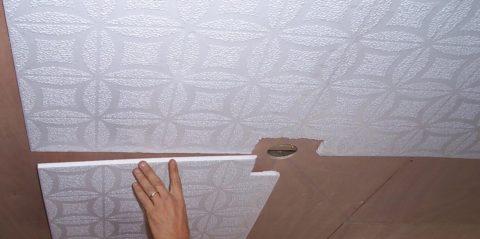 Клеят плитку от центра к стенам