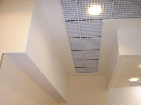 Комбинация из гипсокартона и потолочного покрытия Грильято