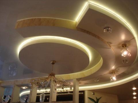 Комбинирование различных источников света позволяет создать неповторимую композицию на потолке