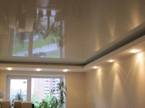 Комбинированный двухуровневый потолок: верхний уровень натяжной, нижний — гипсокартонный