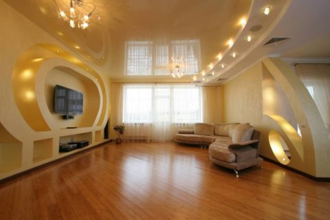 Комбинированный потолок из гипсокартона и натяжного полотна в гостиной
