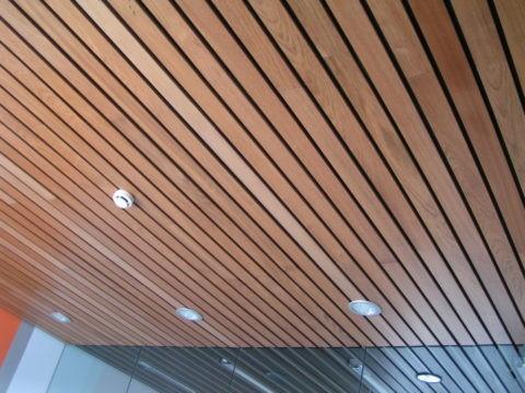 Композитный реечный потолок открытого типа