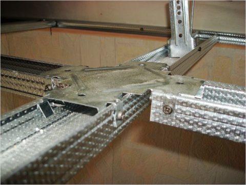Конструкция гипсокартонного потолка: установленный одноуровневый соединитель