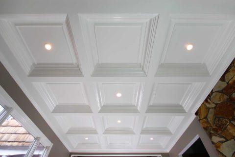 Конструкция из гипсокартона может быть окрашена глянцевой краской, чтобы визуально сделать потолок выше