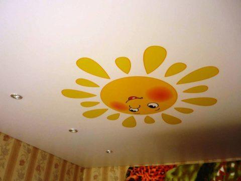 Конструкция натяжного потолка позволяет монтировать точечную подсветку