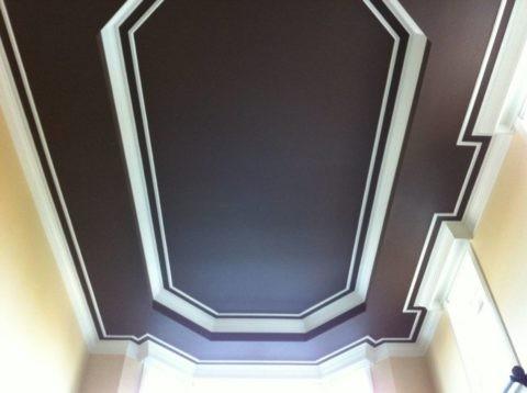 Контрастное оформление потолка при помощи черной краски и белых молдингов