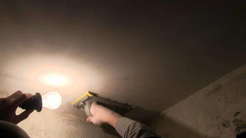 Косое освещение потолка подчеркивает его неровности
