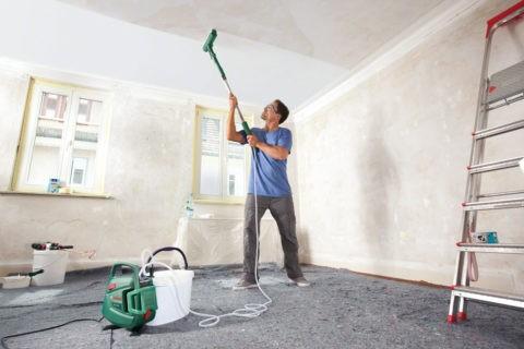 Красить потолок можно не только валиком, но и распылителем