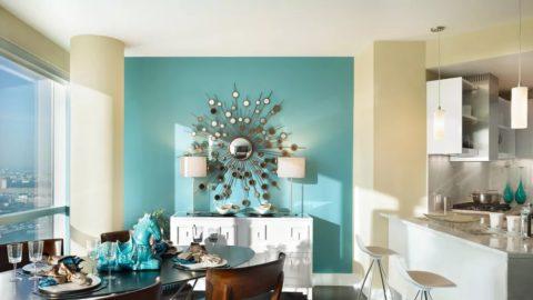 Красиво окрашенный потолок не нуждается в дополнительном декоре