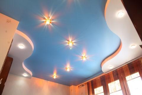 Красивые встроенные светильники подчеркнут изящную форму двухъярусной конструкции