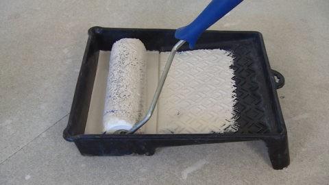 Краску с валика нужно раскатать по рифлёной поверхности ванночки