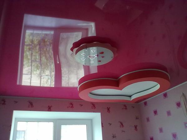 Красный, с глянцевой поверхностью и декоративными вставками в виде сердечек. Идеально подойдёт для комнаты девочки