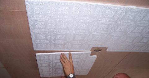 Крепление плитки к потолку вокруг отверстия для фиксации светильника