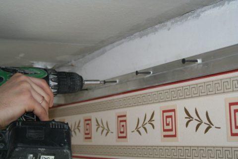 Крепление стенового багета