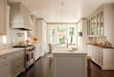 Кухня с потолком из крашеной вагонки