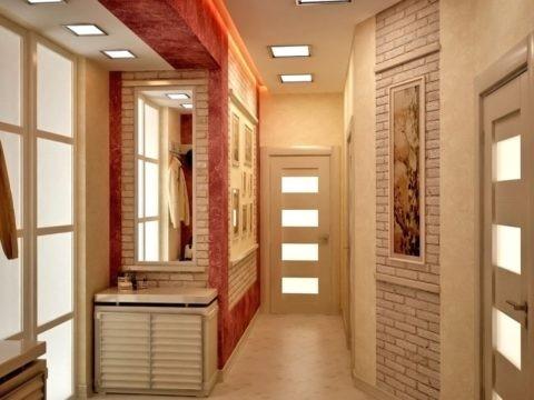 Квадратные встроенные светильники гармонируют с остеклением дверей