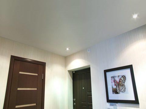 Лаконичное исполнение потолка в прихожей