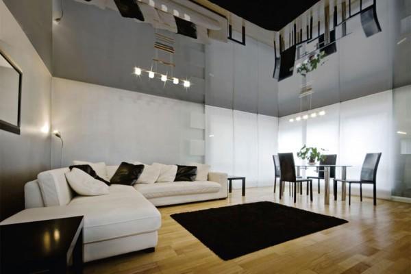 Не только визуально расширяет пространство комнаты, но и добавляет освещённости за счёт отражения света ламп от поверхности
