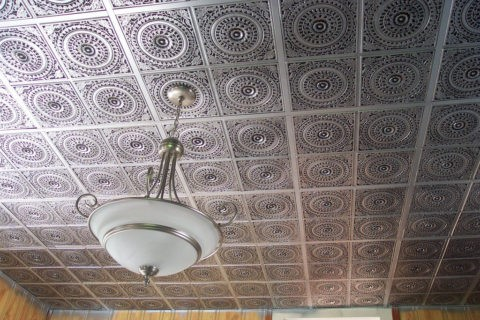 Ламинированная плитка на потолке