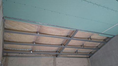 Листы монтируются на металлический каркас: обшивка мансардного потолка