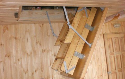 Люк в деревянном потолке