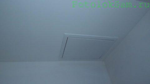 Люк в гипсокартонном коробе для обслуживания вытяжного канального вентилятора