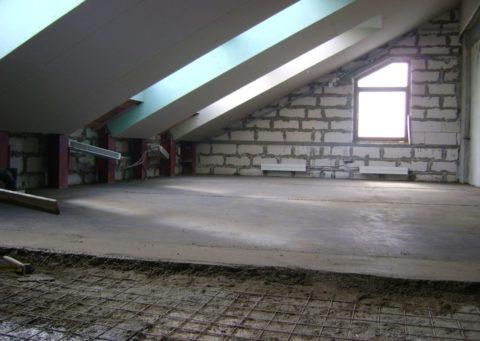 Мансарда с бетонным полом и гипсокартонным потолком