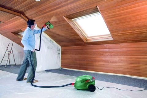 Механизированная покраска деревянного потолка