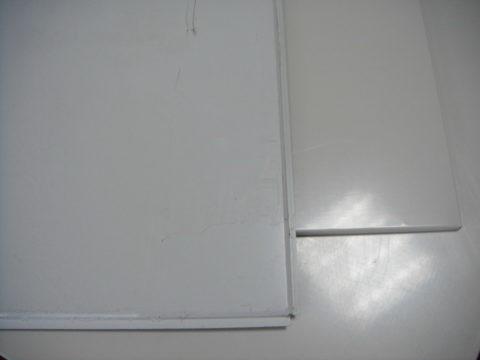 Металлическая потолочная плитка: верхняя кассета крепится на Т-образный профиль, а нижняя вставляется в зажимный