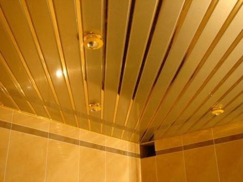 Металлические рейки с зеркальными вставками, в небольшой ванной зрительно увеличат пространство