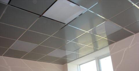 Металлический кассетный потолок с полупрозрачными вставками из оргстекла