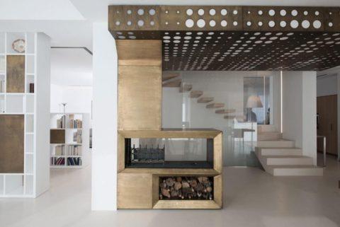 Металлический потолок к перфорацией установлен на входе в библиотеку