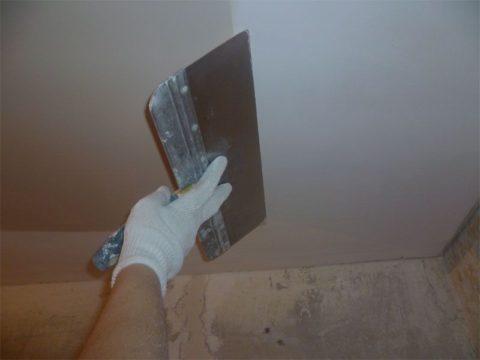 Миллиметровый сплошной слой шпатлевки выровняет потолок по уровню армированных швов