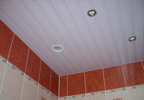 Многие потолки для ванной комнаты — подвесные, реечные, кассетные и натяжные — допускают скрытый монтаж вентиляции