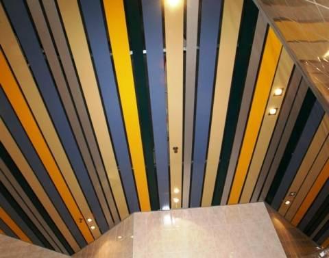 Многоцветный реечный потолок закрытого типа