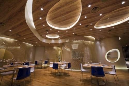 Многоуровневая деревянная конструкция потолка