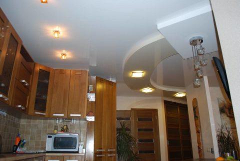 Многоуровневая конструкция в небольшой по площади кухне