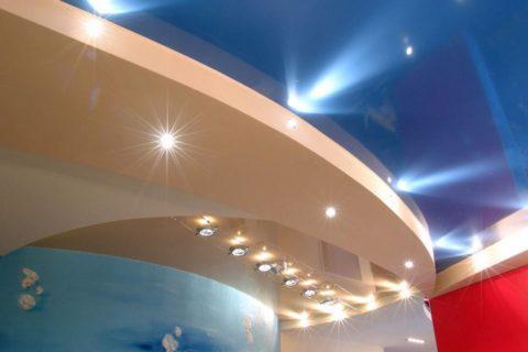 Многоуровневая потолочная конструкция с точечной подсветкой