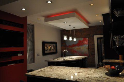 Многоуровневая система на кухне с акцентным элементом над рабочей зоной