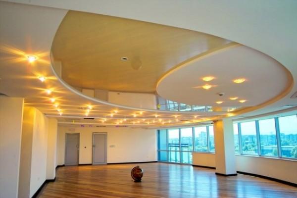 Многоуровневый потолок из гипсокартона в офисном помещении