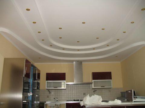 Многоуровневый потолок из ГКЛ в кухне коттеджа
