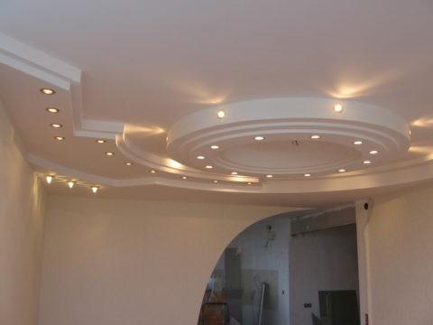Многоуровневый потолок со встроенными софитами. Материал — ГКЛ