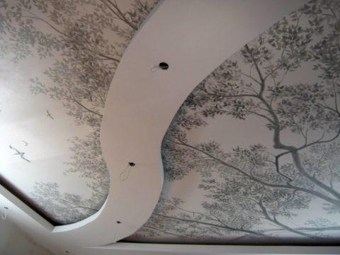 Монохромная роспись многоуровневой подвесной конструкции