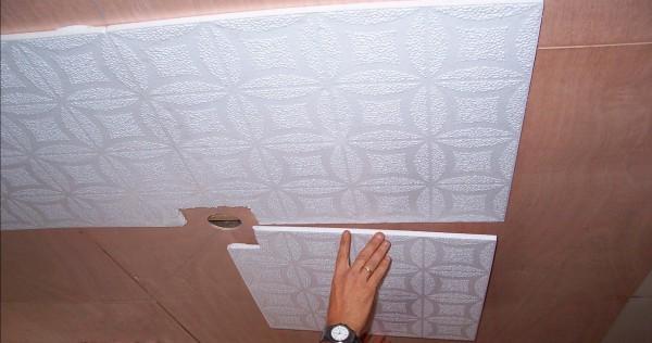 Монтаж бесшовной плитки на потолок, подшитый фанерой