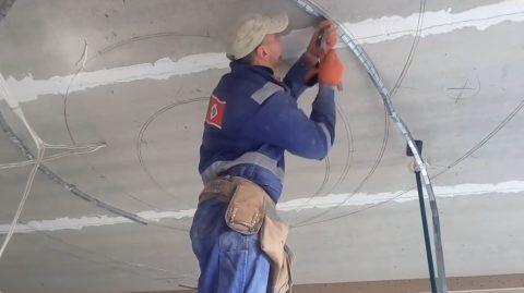 Монтаж направляющей на потолок