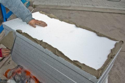 Монтаж пенопласта на клей на цементной основе